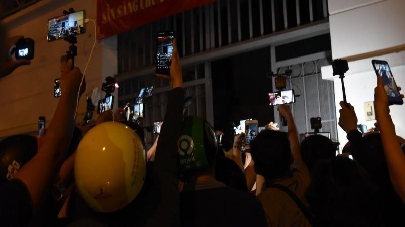 Người dân chen lấn nhau quay phim trước trung tâm pháp y TP HCM khi nghe tin nghệ sĩ Chí Tài qua đời.