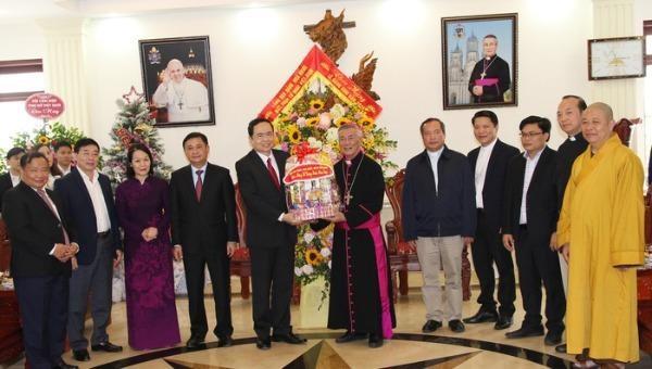 Chủ tịch Ủy ban T.Ư MTTQVN Trần Thanh Mẫn tặng quà chúc mừng Giáng sinh Tòa Giám mục Giáo phận Vinh.