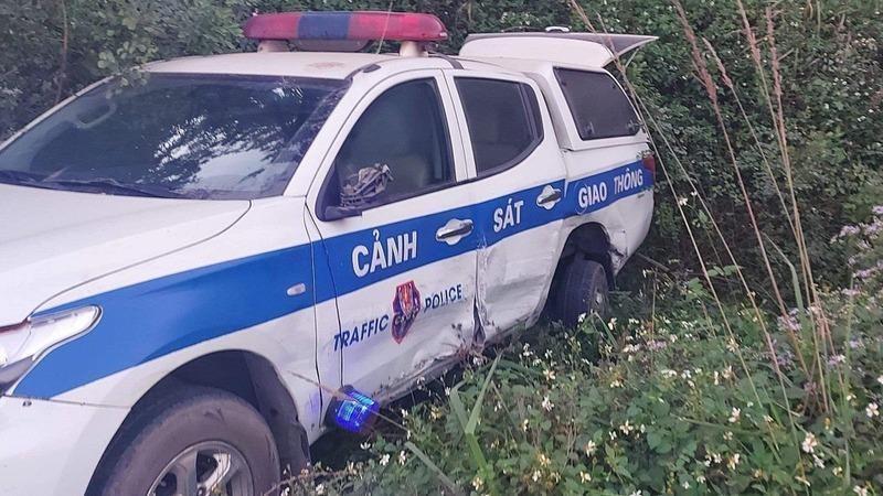 Xe ô tô 7 chỗ tông xe tuần tra CSGT xuống vệ đường