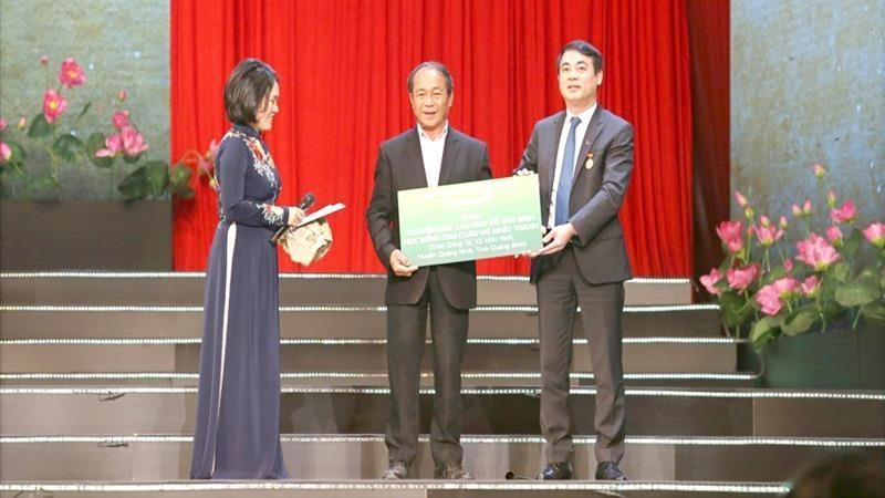 Ông Võ Văn Bình (giữa) tại Đại hội Thi đua yêu nước toàn quốc lần thứ X.
