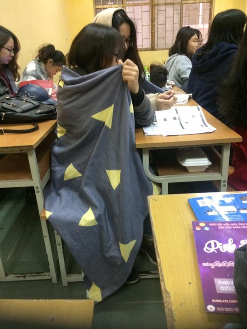 Miền bắc lạnh 'thấu xương', thầy giáo đến trường với chiếc 'áo choàng' đặc biệt khiến học sinh thích thú Ảnh 4
