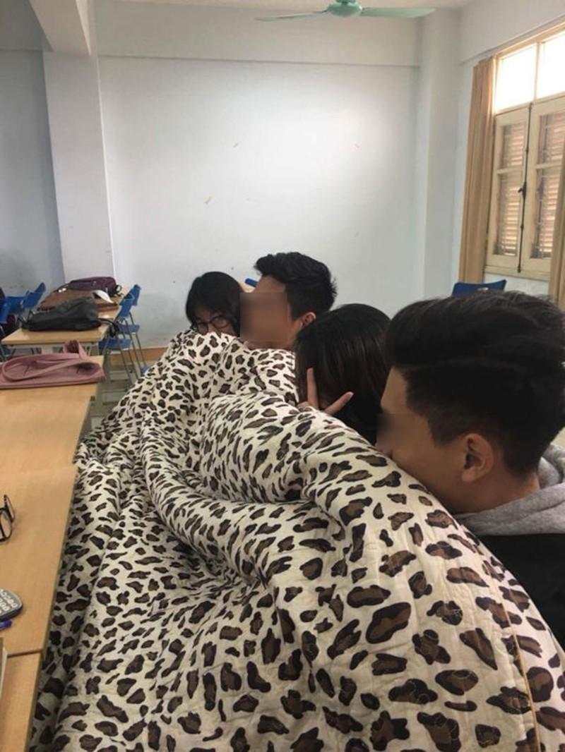 Miền bắc lạnh 'thấu xương', thầy giáo đến trường với chiếc 'áo choàng' đặc biệt khiến học sinh thích thú Ảnh 6