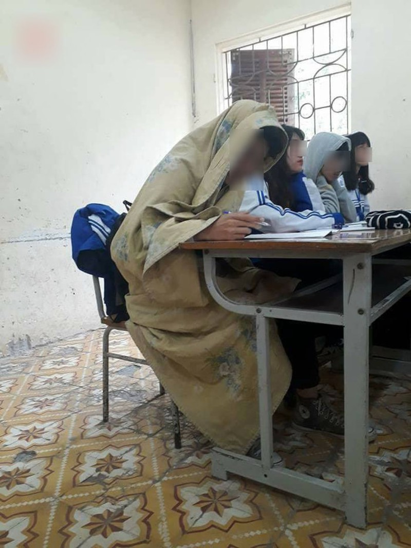 Miền bắc lạnh 'thấu xương', thầy giáo đến trường với chiếc 'áo choàng' đặc biệt khiến học sinh thích thú Ảnh 5