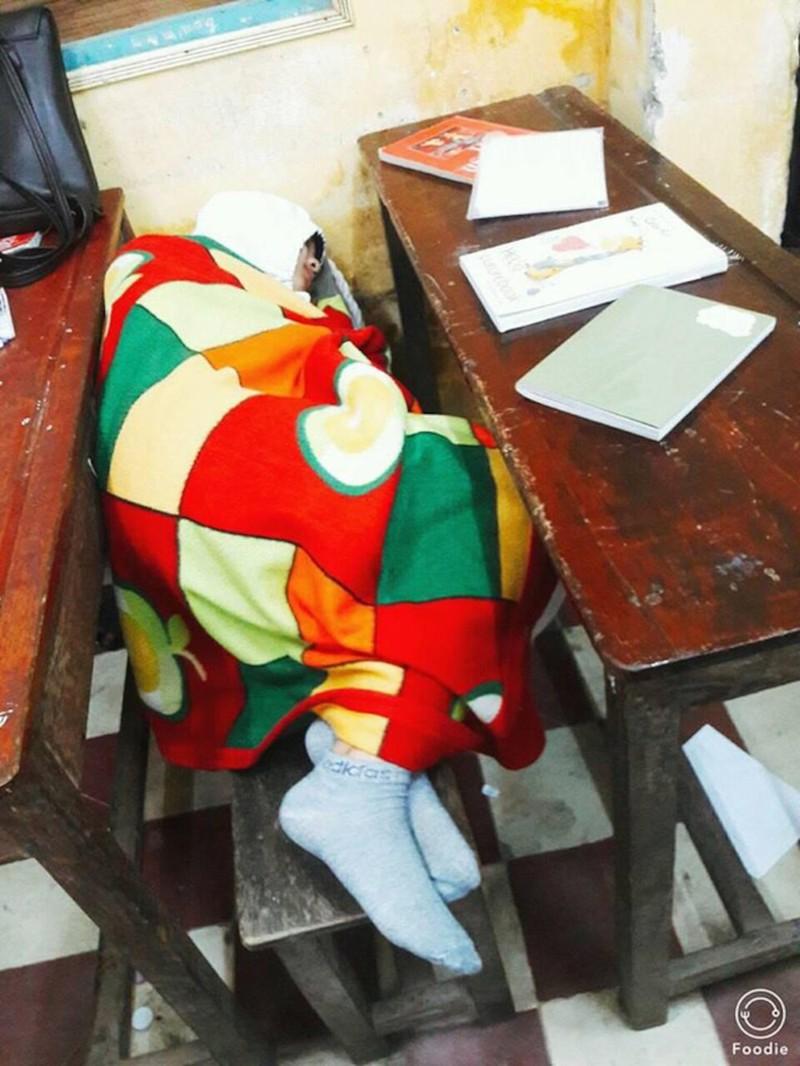 Miền bắc lạnh 'thấu xương', thầy giáo đến trường với chiếc 'áo choàng' đặc biệt khiến học sinh thích thú Ảnh 3