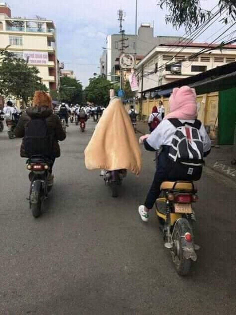 Miền bắc lạnh 'thấu xương', thầy giáo đến trường với chiếc 'áo choàng' đặc biệt khiến học sinh thích thú Ảnh 7