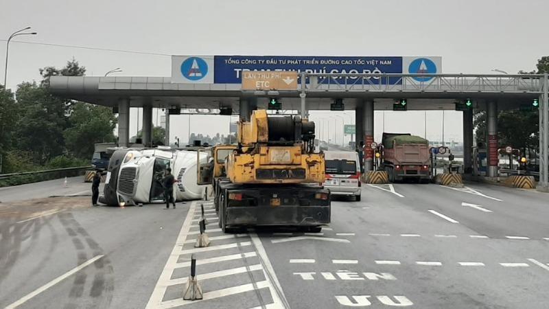 Xe container leo lên dải phân cách lật nghiêng gần trạm thu phí