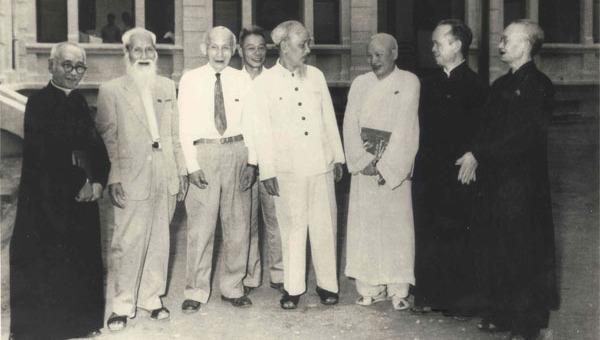 Chủ tịch Hồ Chí Minh nói chuyện thân mật với các đại biểu tôn giáo trong Quốc hội nước Việt Nam Dân chủ Cộng hòa năm 1960 (Nguồn ảnh: Trung tâm Lưu trữ Quốc gia III, Tài liệu ảnh giai đoạn 1954 - 1985).