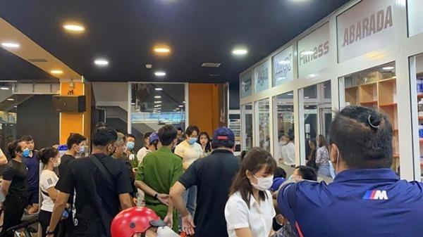 Đám đông tìm Duy Nguyễn nói chuyện sau khi người này có lời lẽ xúc phạm cố nghệ sĩ Chí Tài.