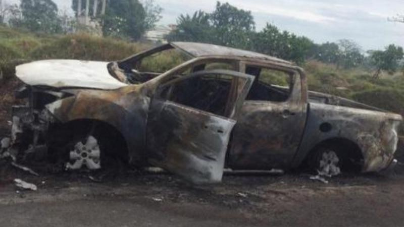 Giận vợ, chồng lái ô tô ra nghĩa trang đốt
