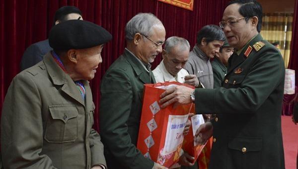 Thượng tướng Trần Quang Phương trao quà của Quân ủy Trung ương tặng các gia đình chính sách, người có công với cách mạng huyện Vị Xuyên (Hà Giang).