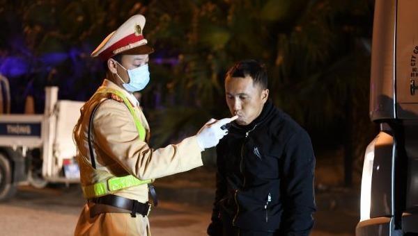 Lực lượng CSGT đo nồng độ cồn của tài xế trên trạm thu phí cao tốc Nội Bài – Lào Cai.