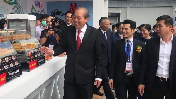 Phó Thủ tướng Trương Hòa Bình tham quan các gian hàng tại Hội nghị xúc tiến đầu tư tỉnh Bình Phước.