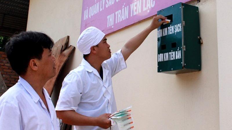 Hỗ trợ bơm kim tiêm sạch miễn phí tại Điểm tư vấn, chăm sóc, hỗ trợ điều trị nghiện và quản lý sau cai nghiện cộng đồng thị trấn Yên Lạc (huyện Yên Lạc, tỉnh Vĩnh Phúc).