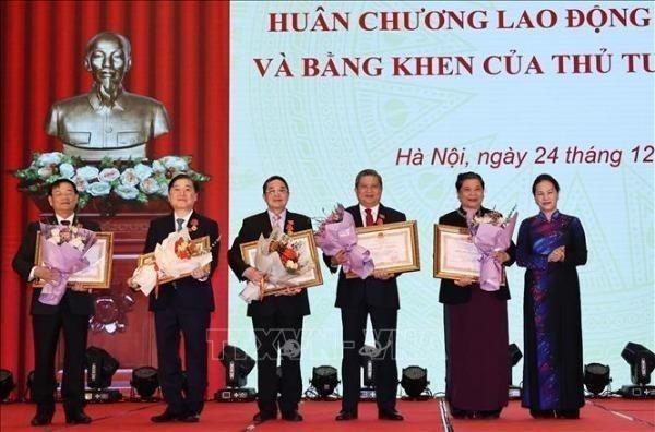 Chủ tịch Quốc hội Nguyễn Thị Kim Ngân trao Huân chương Lao động hạng Nhất tặng các cá nhân.