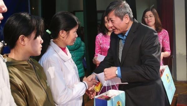Lãnh đạo LĐLĐ Việt Nam tặng quà Tết cho người lao động.