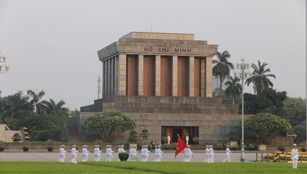 Lễ thượng cờ, chào cờ trước Lăng Chủ tịch Hồ Chí Minh.