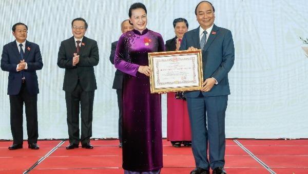 Thủ tướng Nguyễn Xuân Phúc, Chủ tịch Hội đồng Thi đua khen thưởng Trung ương, trao tặng huân chương Đại đoàn kết Dân tộc cho Chủ tịch Quốc hội Nguyễn Thị Kim Ngân.