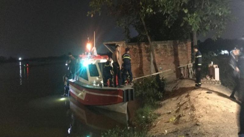 Lực lượng chức năng tìm kiếm thi thể nạn nhân.