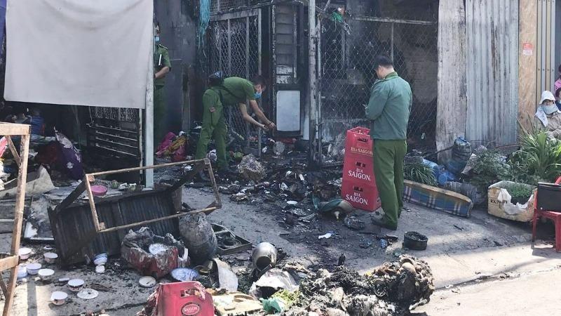 Tiệm tạp hóa bốc cháy khiến 2 bà cháu bị bỏng
