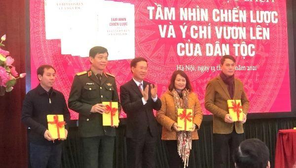 Ông Võ Văn Thưởng, Ủy viên Bộ Chính trị, Bí thư Trung ương Đảng, Trưởng Ban Tuyên giáo Trung ương trao tặng sách cho các đơn vị.