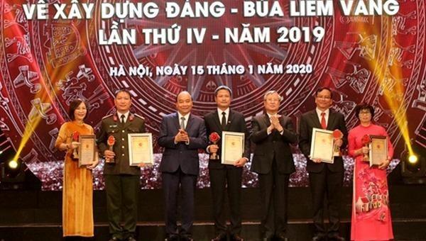 Thủ tướng Nguyễn Xuân Phúc và đồng chí Trần Quốc Vượng, Ủy viên Bộ Chính trị, Thường trực Ban Bí thư trao giải A cho tác giả và nhóm tác giả đoạt giải Báo chí toàn quốc về xây dựng Đảng lần thứ IV.