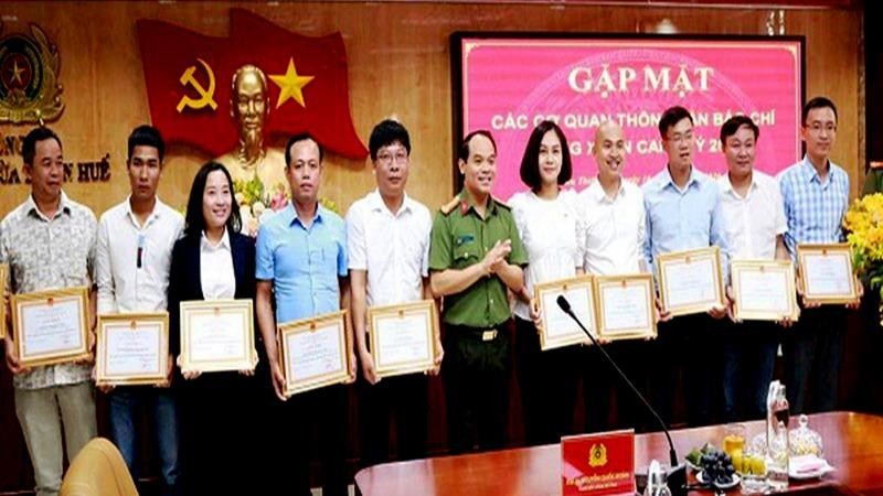 Làm tốt công tác tuyên truyền nên VP Báo PLVN khu vực Bình Trị Thiên liên tục được Công an tỉnh Thừa Thiên - Huế tặng giấy khen.