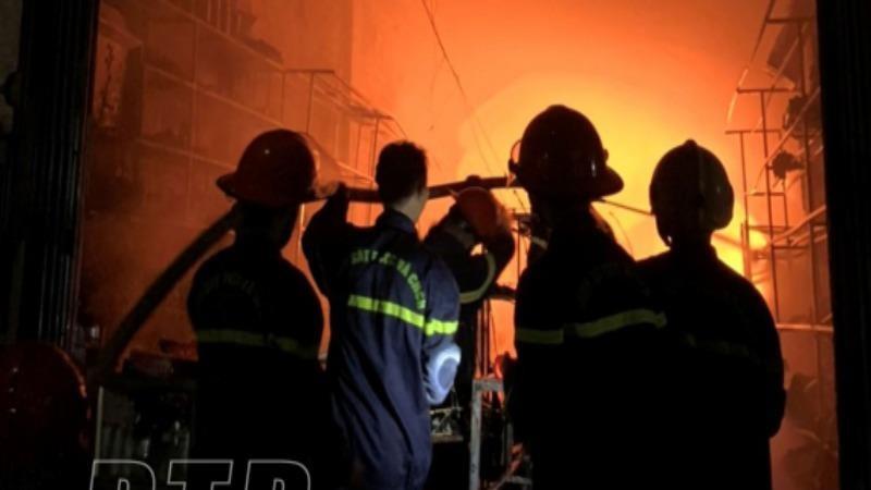 Lực lượng chức năng tiến hành dập lửa. Ảnh Báo Thái Bình.