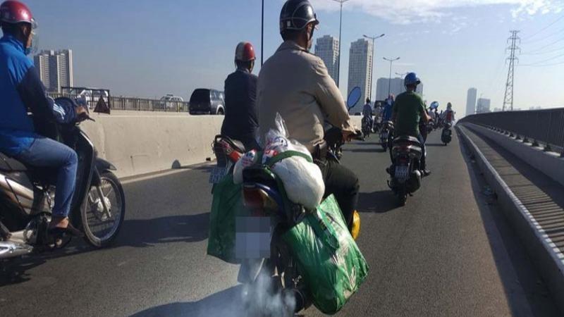 Khói từ xe máy cũ nát ảnh hưởng đến chất lượng không khí đô thị.