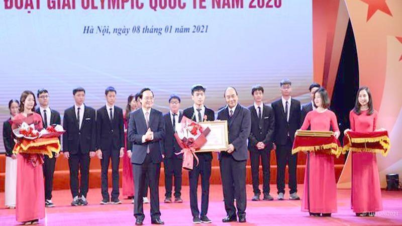 Thủ tướng Nguyễn Xuân Phúc trao Huân chương Lao động hạng Nhất cho em Bùi Hồng Đức, học sinh lớp 12 Trường trung chuyên khoa học tự nhiên, Đại học Quốc gia Hà Nội.