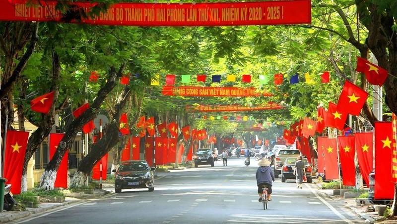 Đường phố Hải Phòng được trang trí chào mừng Đại hội Đảng.