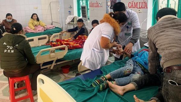 7 học sinh tiểu học nhập viện cấp cứu khi ăn sáng ở cổng trường