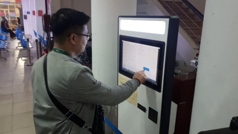 Người lao động tìm hiểu thông tin tuyển dụng qua cổng ESIP. Ảnh baotintuc.vn