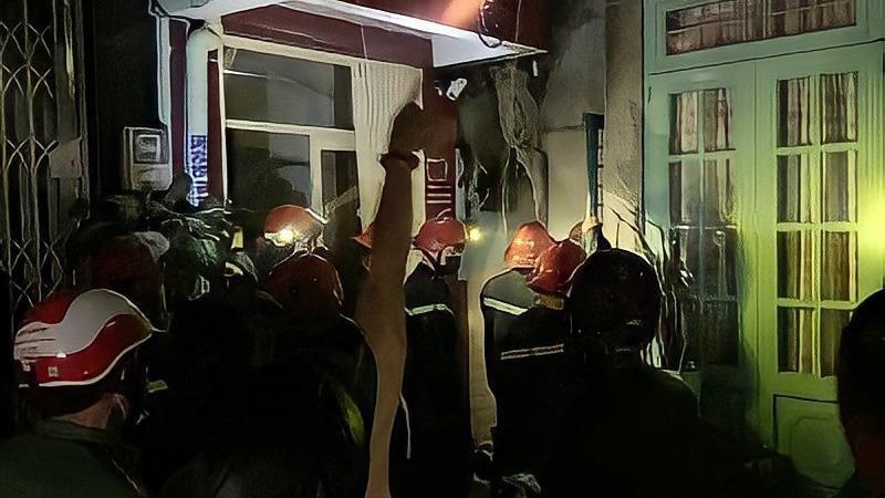 Giải cứu 7 người trong đám cháy lúc nửa đêm