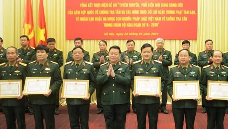 Thượng tướng Nguyễn Trọng Nghĩa trao bằng khen của Bộ Quốc phòng tặng các tập thể, cá nhân có thành tích xuất sắc trong thực hiện Đề án.