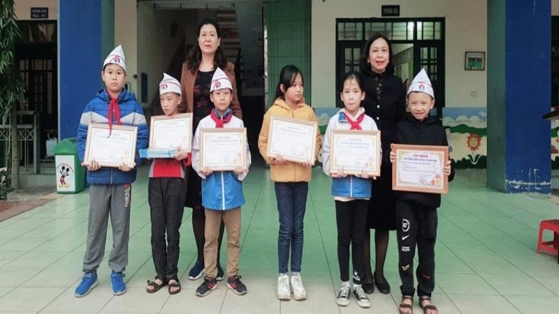 Các học sinh được khen thưởng vì nhặt được của rơi, trả người đánh mất.