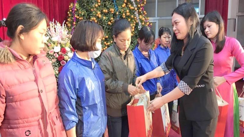 Đại diện lãnh đạo LĐLĐ tỉnh Thái Bình tặng quà Tết đoàn viên, người lao động. Ảnh Bá Mạnh