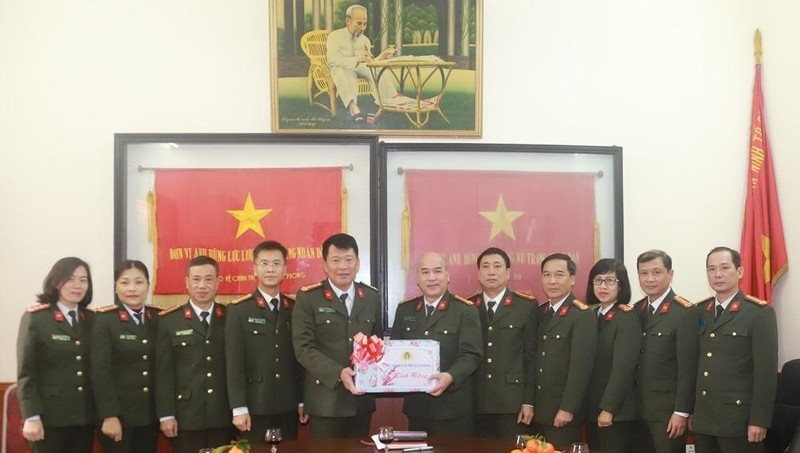 Phó Giám đốc CATP Hải Phòng Đào Quang Trường trao quà tặng CBCS Phòng An ninh đối ngoại – CATP.