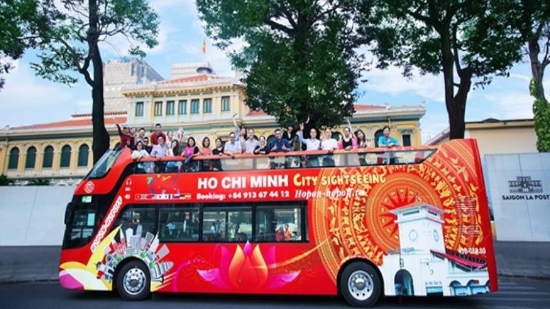 Du khách tham quan TP Hồ Chí Minh bằng xe buýt hai tầng.