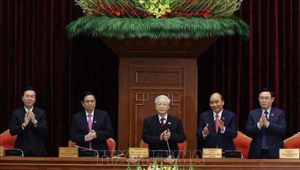 Tổng Bí thư, Chủ tịch nước Nguyễn Phú Trọng với Đoàn Chủ tịch Hội nghị lần thứ nhất Ban Chấp hành Trung ương Đảng khóa XIII.