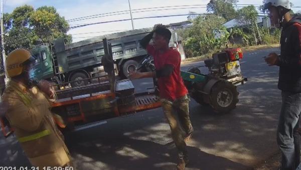 Y Krư Êban đang cầm dao đuổi chém CSGT (Ảnh cắt từ video). Ảnh CAND.