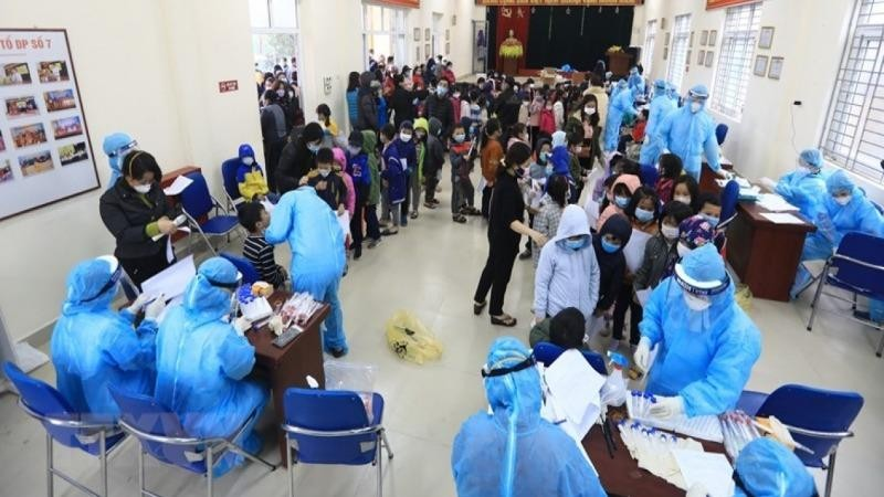 Học sinh trường Tiểu học Xuân Phương lấy mẫu xét nghiệm Covid-19.