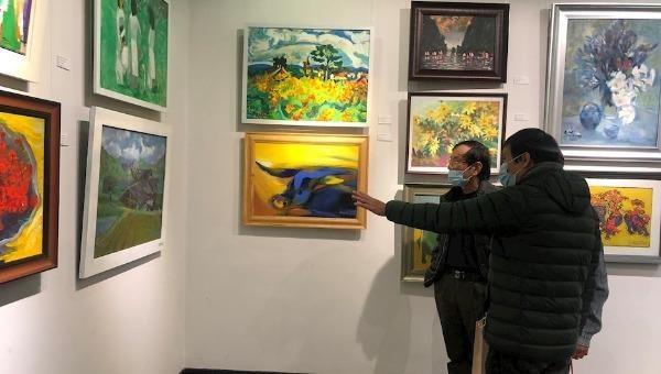 Khách tham quan triển lãm.