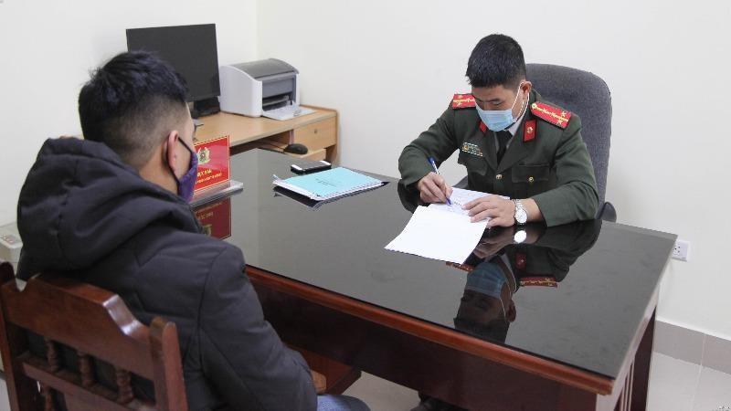 Công an tỉnh Thái Nguyên làm việc với chủ tài khoản Facebook đưa tin sai sự thật. Ảnh: Công an Thái Nguyên.