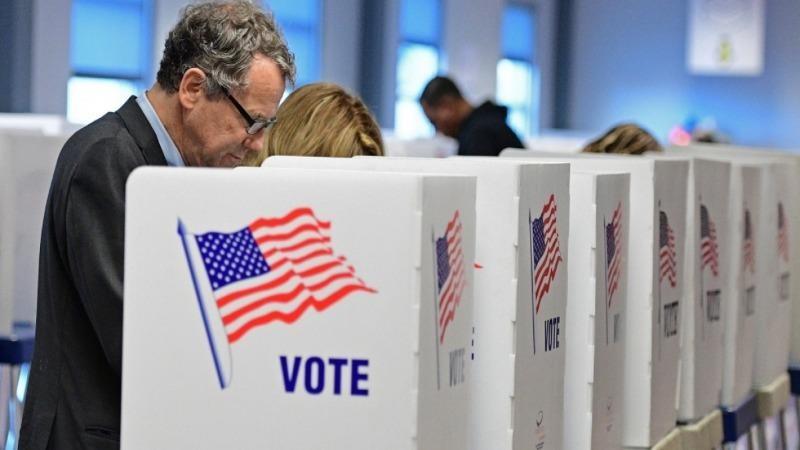 Cử tri bỏ phiếu qua thư để phòng dịch Covid-19.