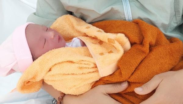 Bé trai sơ sinh chưa được 1 ngày tuổi bị bỏ trước nhà dân vào chiều 16/2.