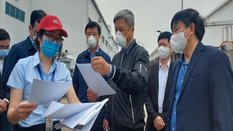 Thứ trưởng Bộ Y tế Nguyễn Trường Sơn kiểm tra chống dịch của doanh nghiệp trong khu công nghiệp huyện Cẩm Giàng.