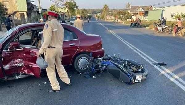 Tin giao thông đến sáng 18/2: Đôi bạn tử vong sau va chạm xe buýt, một phụ nữ lái ô tô tông người đàn ông lên không trung