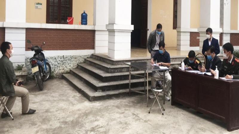 Tổ công tác tiến hành lập biên bản vi phạm đối với ông Trần Hải Đ (ngồi ngoài cùng bên trái) tại khu cách ly của huyện Yên Dũng. Ảnh Báo Bắc Giang.