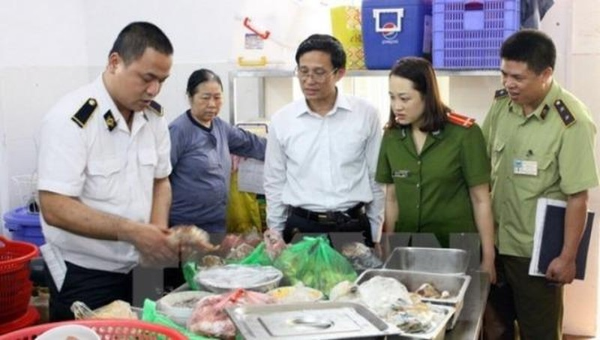 Lực lượng chức năng kiểm tra vệ sinh an toàn thực phẩm.
