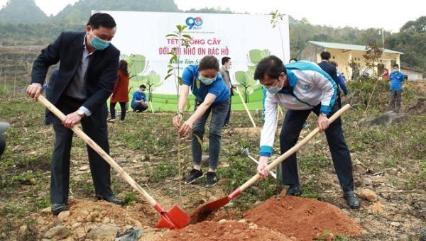 """Các đại biểu tham gia trồng cây tại lễ phát động """"Tết trồng cây đời đời nhớ ơn Bác Hồ"""" Xuân Tân Sửu 2021."""